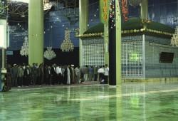 Mit Kamera, Rollstuhl und Schuhen an den Füßen im Mausoleum von Ayatollah Khomeini.