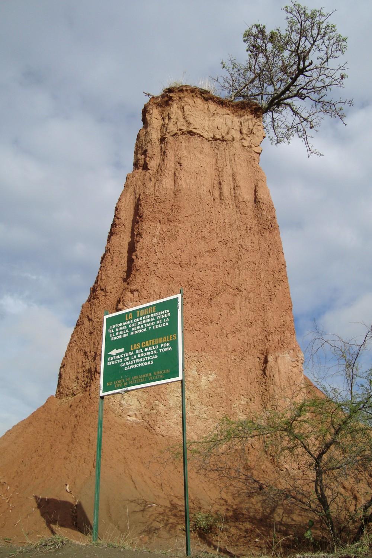 """Wegweiser zeigen die Richtung durch das unübersichtliche Gelände. Beeindruckend ragt der Felsturm """"La Torre"""" aus der Landschaft heraus."""