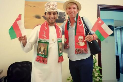 Christian mit Flagge und Schal von Oman