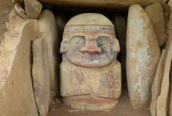 Mit bunten Naturfarben bemalte Steinskulpturen stellen höchstwahrscheinlich Gottheiten oder Schamanen dar.
