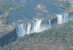 Aus der Luft hat man einen spektakulären Blick auf die gewaltigen Wasserfälle.