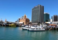 Das rote Fährgebäude an der Waterfront kontrastiert gekonnt moderne Bürogebäude.