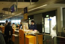 Dutymanagerin Mona öffnet das Gate für die Passagiere.