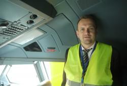 Gallus von South African Airways zeigt mit das Cockpit.