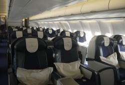 Economy Class: Für jeden Passagier liegt ein Kissen und eine Decke bereit.