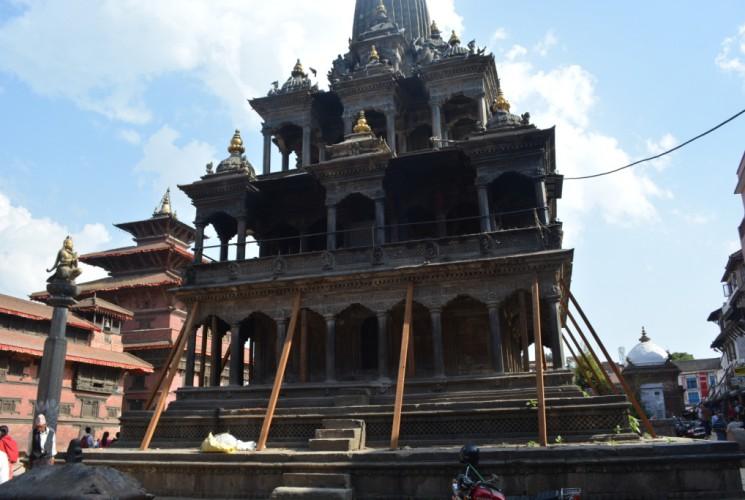 In Patan muss der Krishnatempel gestützt werden