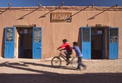 Kinder spielen auf der Straße in San Pedro de Atacama.