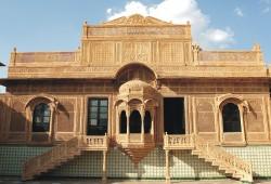 """Das """"Heritage Hotel"""" Mandir Palace ist eine der Übernachtungsoptionen auf der WORLD INSIGHT-Rundreise """"Indien: Rajasthan und der Norden""""."""