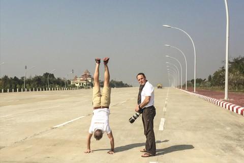 Naypyidaw gleicht einer Geisterstadt: Eine Million Menschen sollen hier leben. Doch die riesigen Straßen sind verwaist und taugen eher zu Turnübungen als zur Bewältigung vielen Verkehrs.
