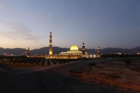 Die beleuchtete Sultan Quaboos Moschee bietet im Morgengrauen einen imposanten Anblick