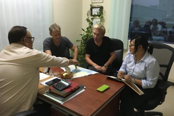 Besprechung im Büro in Muscat - Country Manager Sanjay, Jane, Chis und ich besprechen neue Touren