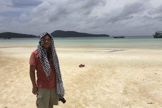 Kaum zu erkennen - Path Mey, unser Coutrymanager in Kambodscha. Hotelrecherche bei 40 Grad in der Sonne am Strand von Rong Samlem