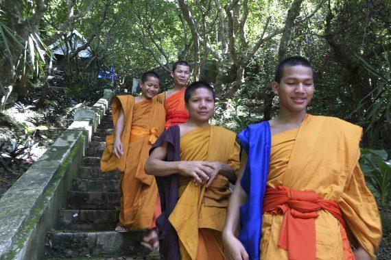 Mönche steigen den Phousi-Berg hinab