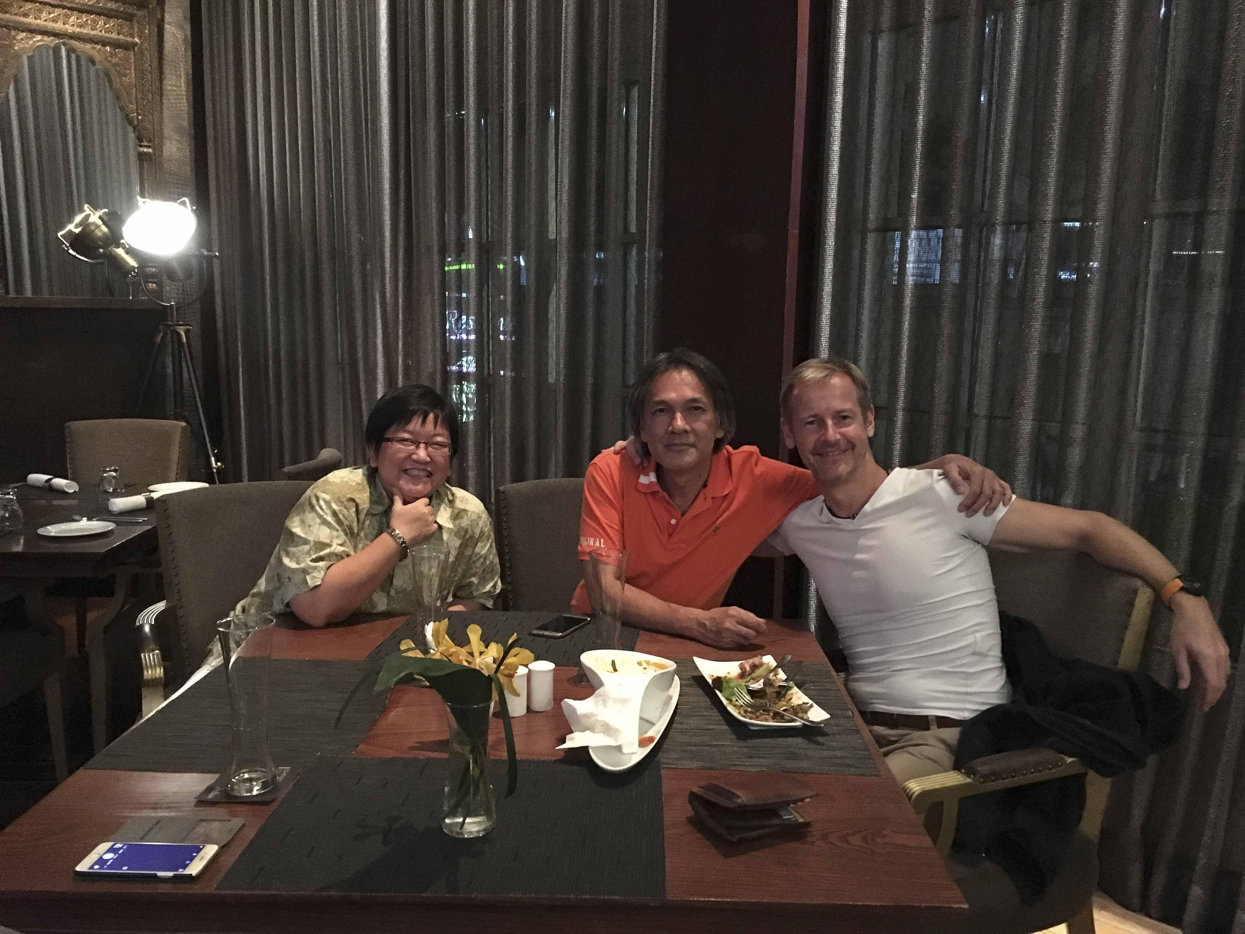Unter Freunden - mit unseren Operationsmanagern Nui und Pia im Restaurant Punjab in Bangkok