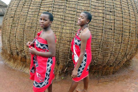 Zwei Bewohnerinnen des südafrikanischen Dorfes in traditioneller Kleidung