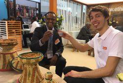 WORLD INSIGHT Redakteur Oleg Zurmühlen und Country Manager Tedy prosten sich mit einer Tasse Kaffee zu.