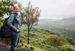 Bettina de Matos Tomé steht vor grüner Hügellandschaft.