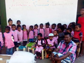 Stifte und Spielzeug für die Kinder in Ranohira