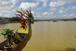 Drachenboot auf dem Parfüm-Fluss