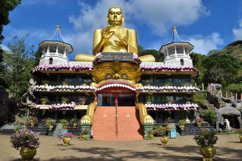 Buddhastatue am Ausgang der Höhlentempelanlage