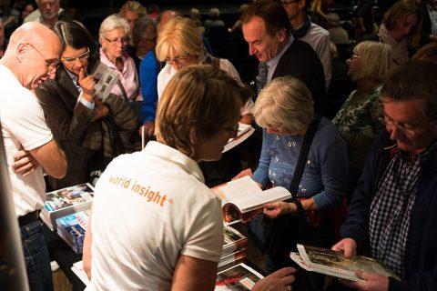 Besucher werfen Blick in Kataloge