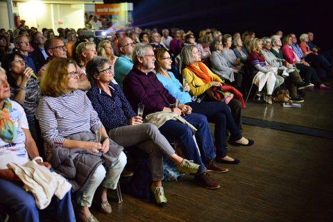 Das Publikum schaut gespannt auf die Leinwand.