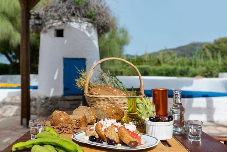 Tisch mit grieschischen Snacks